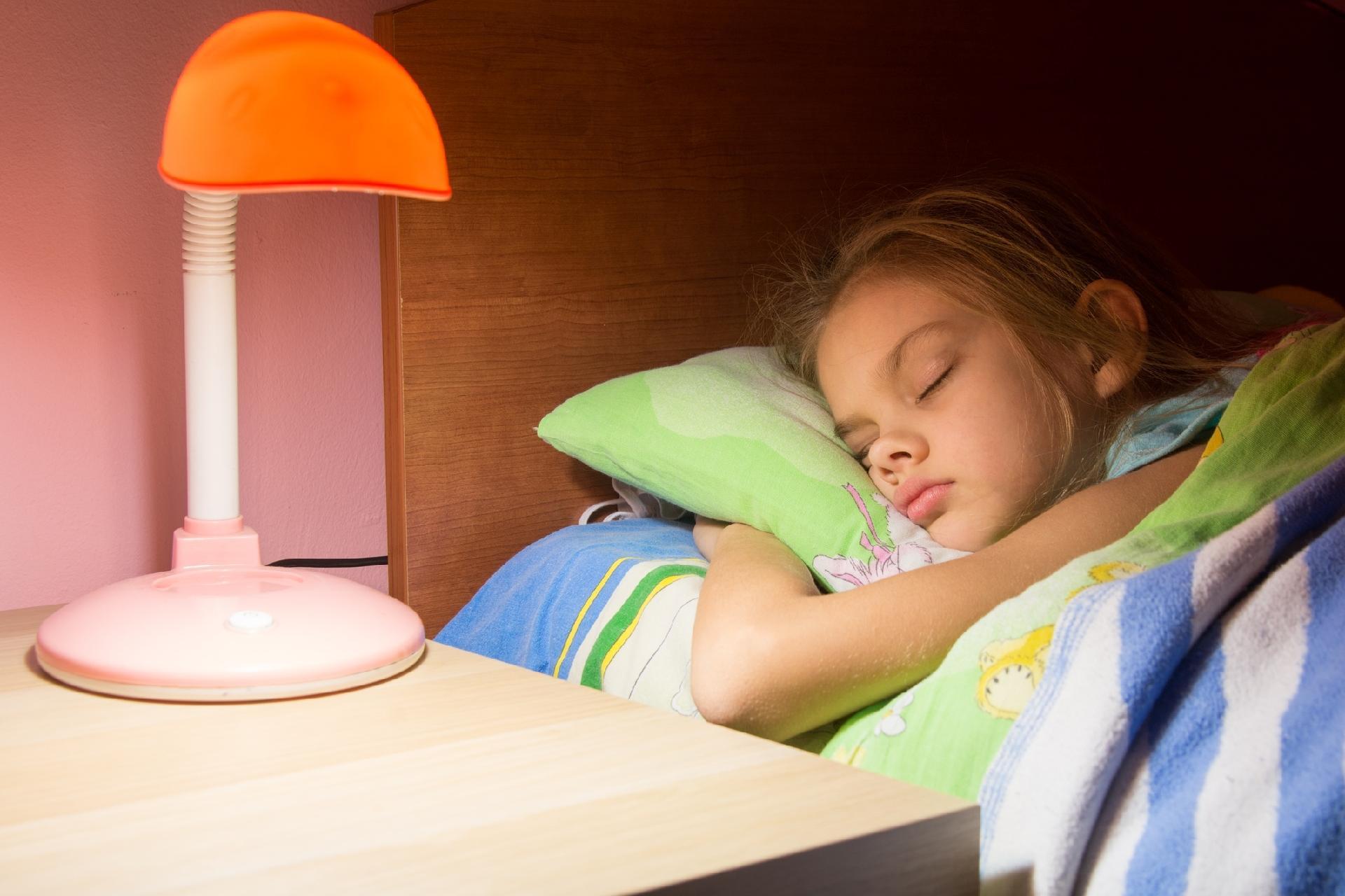 Dormir com luz acesa pode contribuir para o ganho de peso