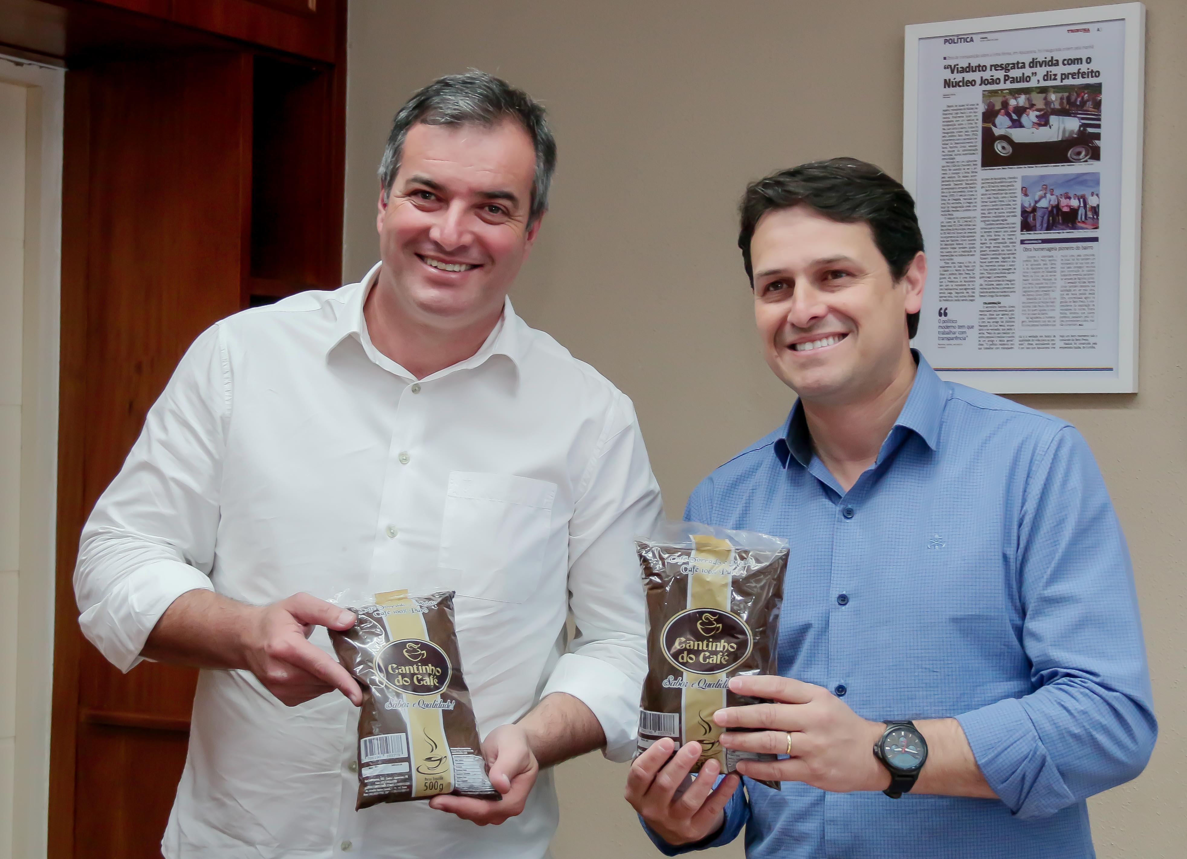 Júnior da Femac, prefeito de Apucarana, que nesta quinta-feira (29/08) esteve reunido, no gabinete municipal, com o prefeito de Cambira, Emerson Toledo Pires. Foto: Edson Denobi