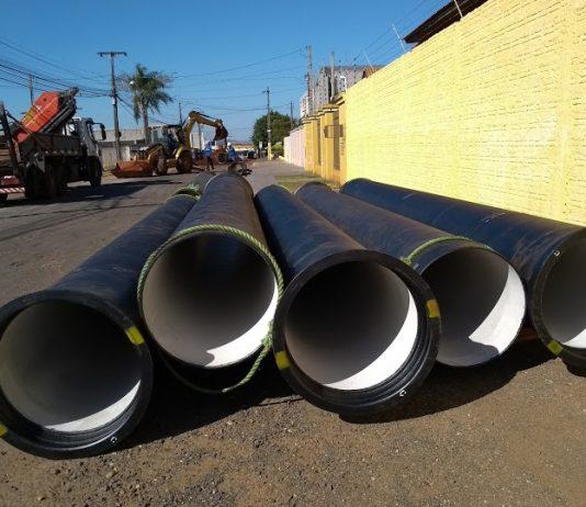 O principal objetivo de novos traçados, prolongamentos e substituição de tubulação por outras com maiores calibres é garantir que a água chegue em quantidade e pressão suficientes até os 141,6 mil imóveis abastecidos na cidade
