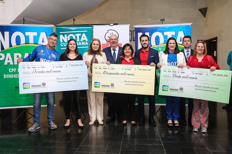 Os sorteados deste mês de setembro receberam seus prêmios na Associação dos Amigos do Hospital de Clínicas, que fica no próprio hospital, em Curitiba