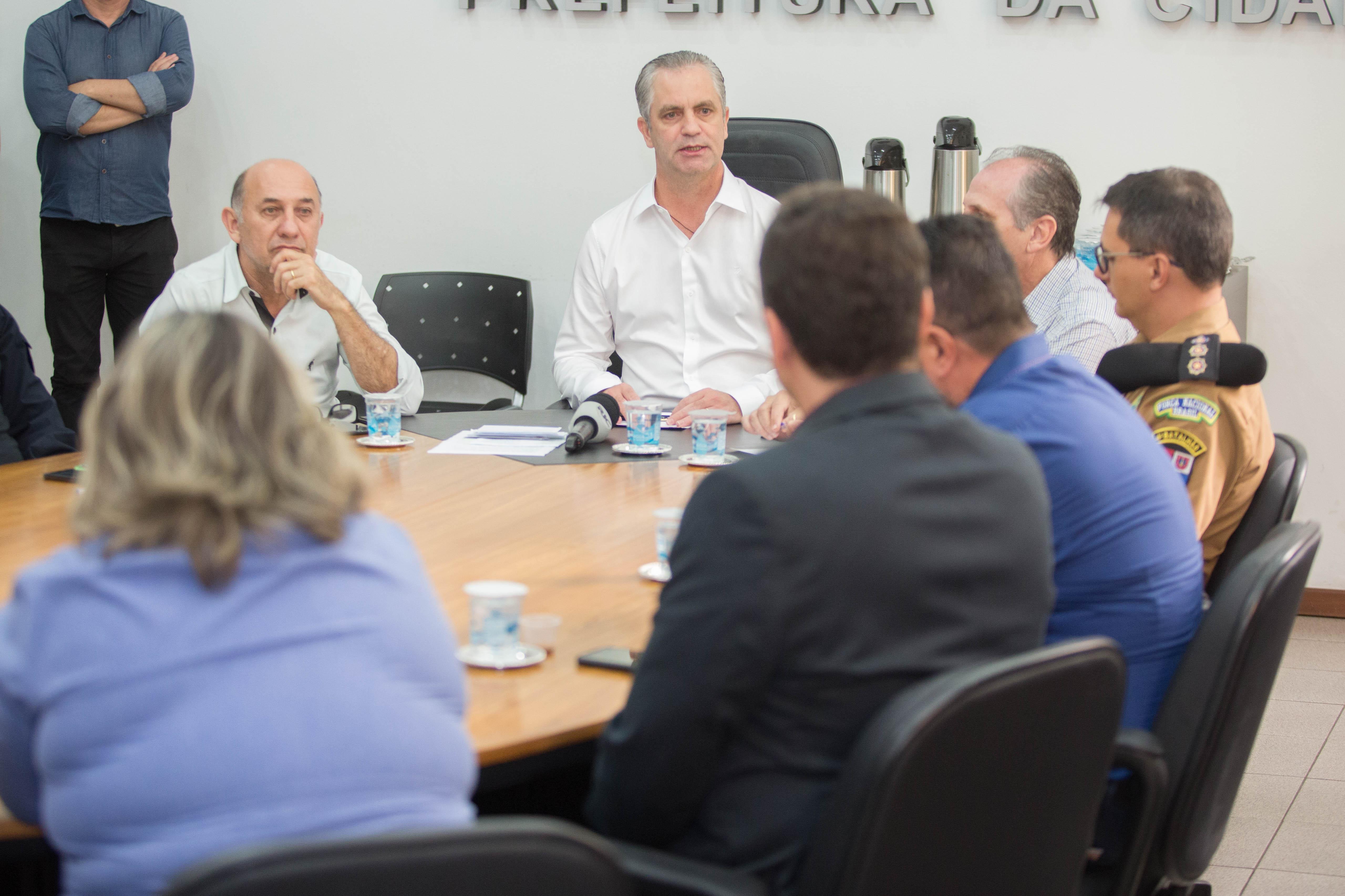 Prefeito Ulisses Maia anotou sugestões anunciadas na reunião. Foto: Vivian Silva/PMM