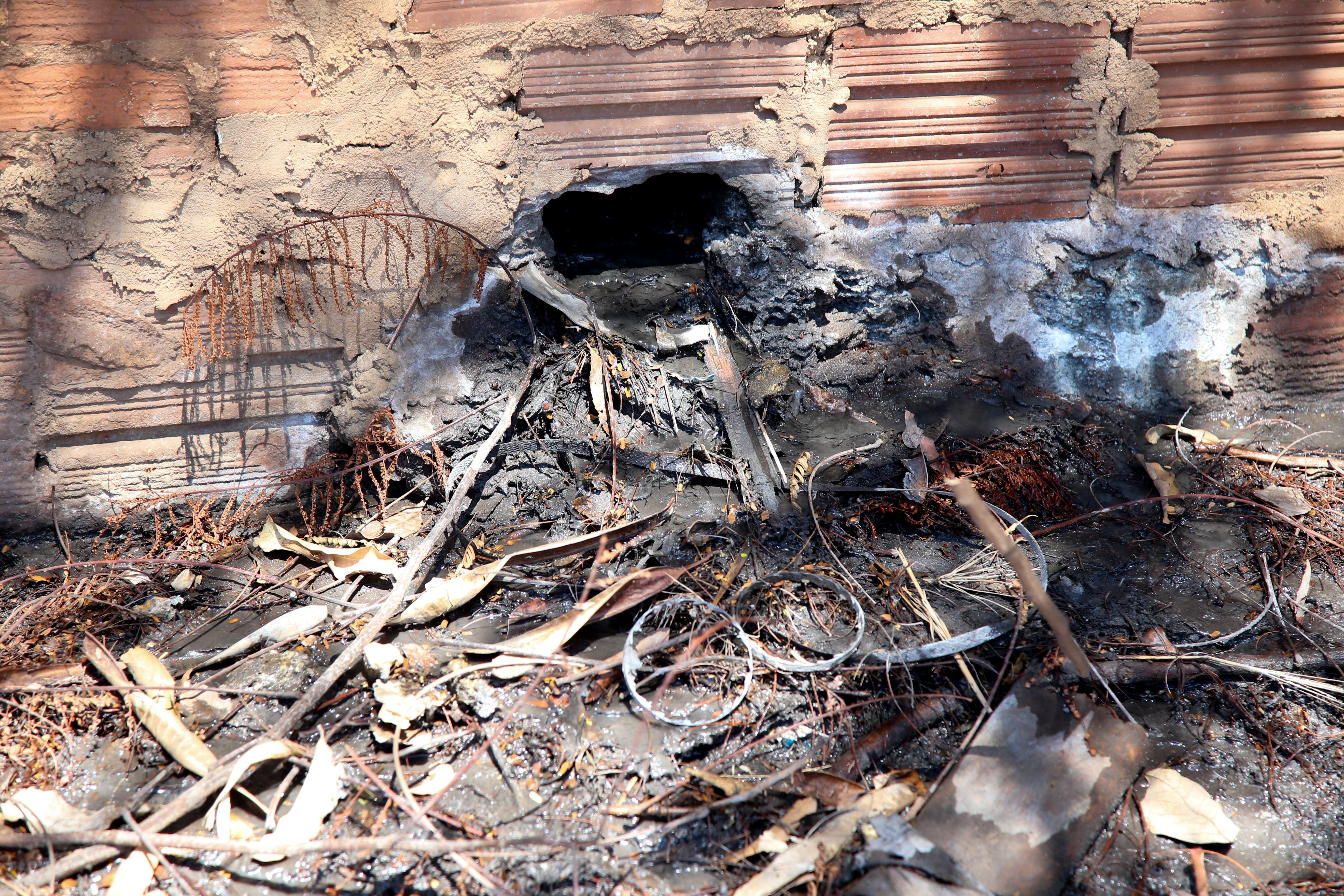 Um dos dois buracos abertos no muro pela empresa suspeita. Aldemir de Moraes/PMM