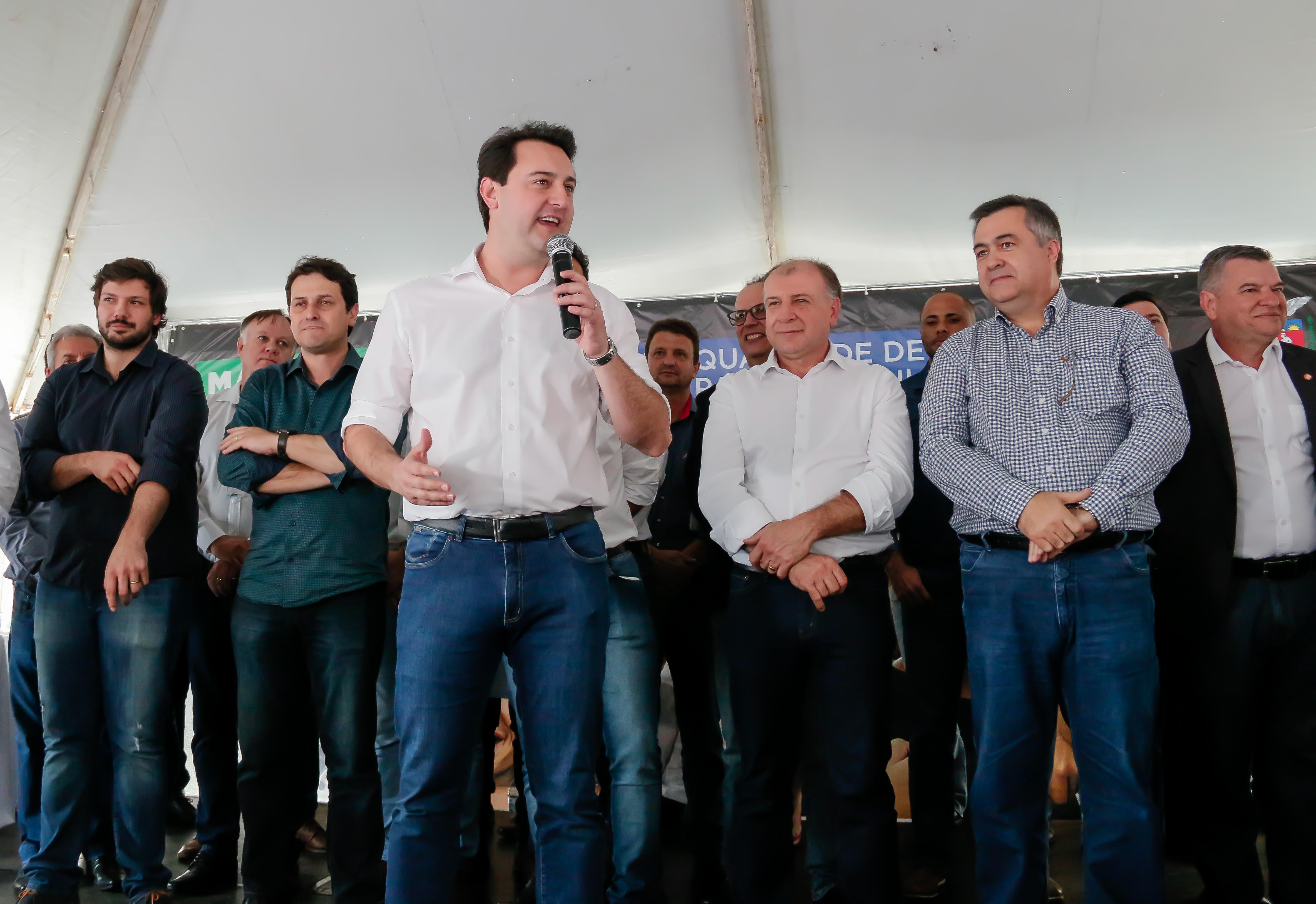 Além de Apucarana, Ratinho Júnior aproveitou o evento para liberar recursos para obras, aquisição de veículos e maquinários para outros 23 municípios do Vale do Ivaí, Norte e Norte Pioneiro do Paraná. Foto: Edson Denobi