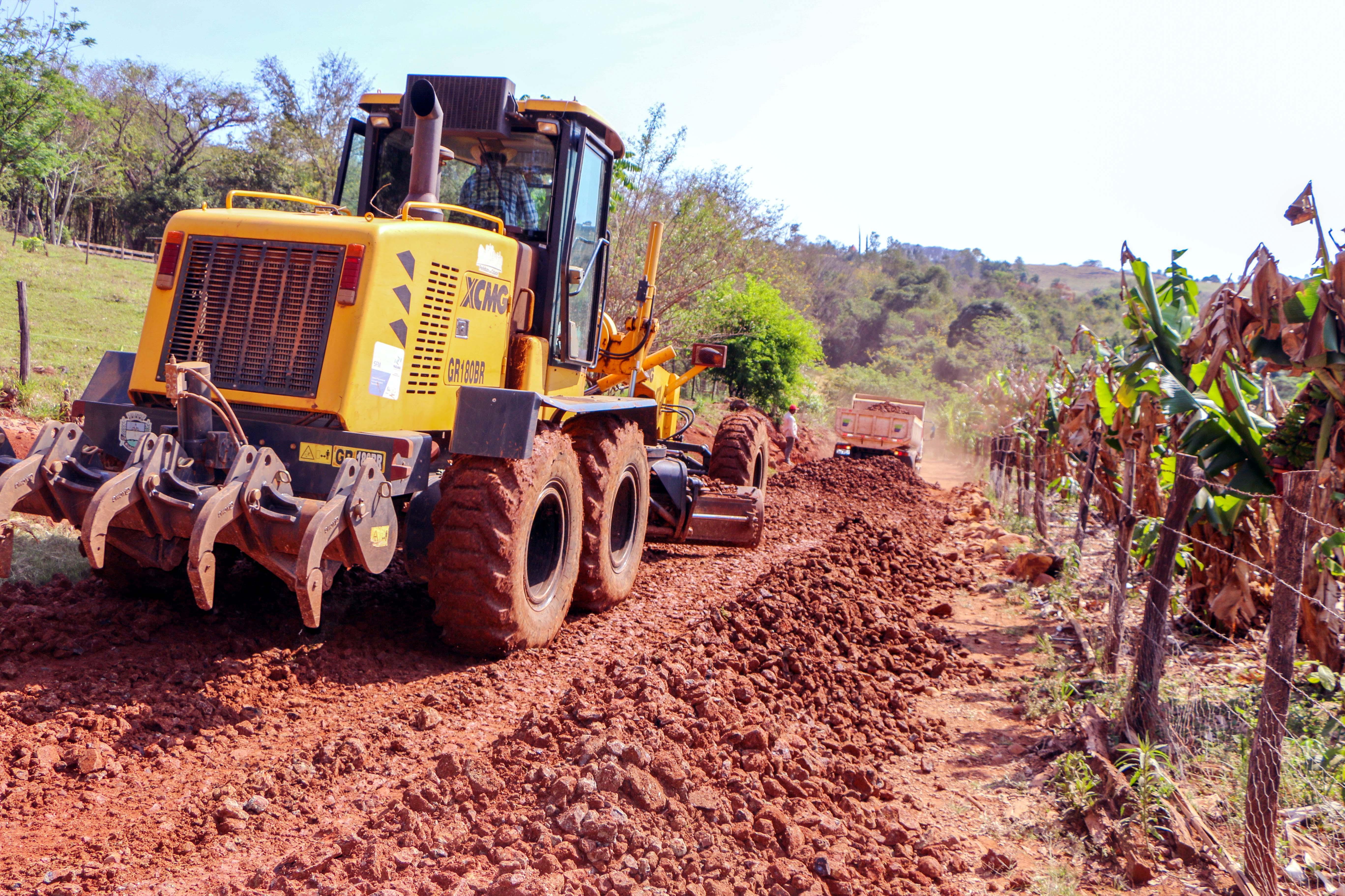 As obras são executadas com maquinários do município e material cedido pelos produtores rurais. Foto: PMA