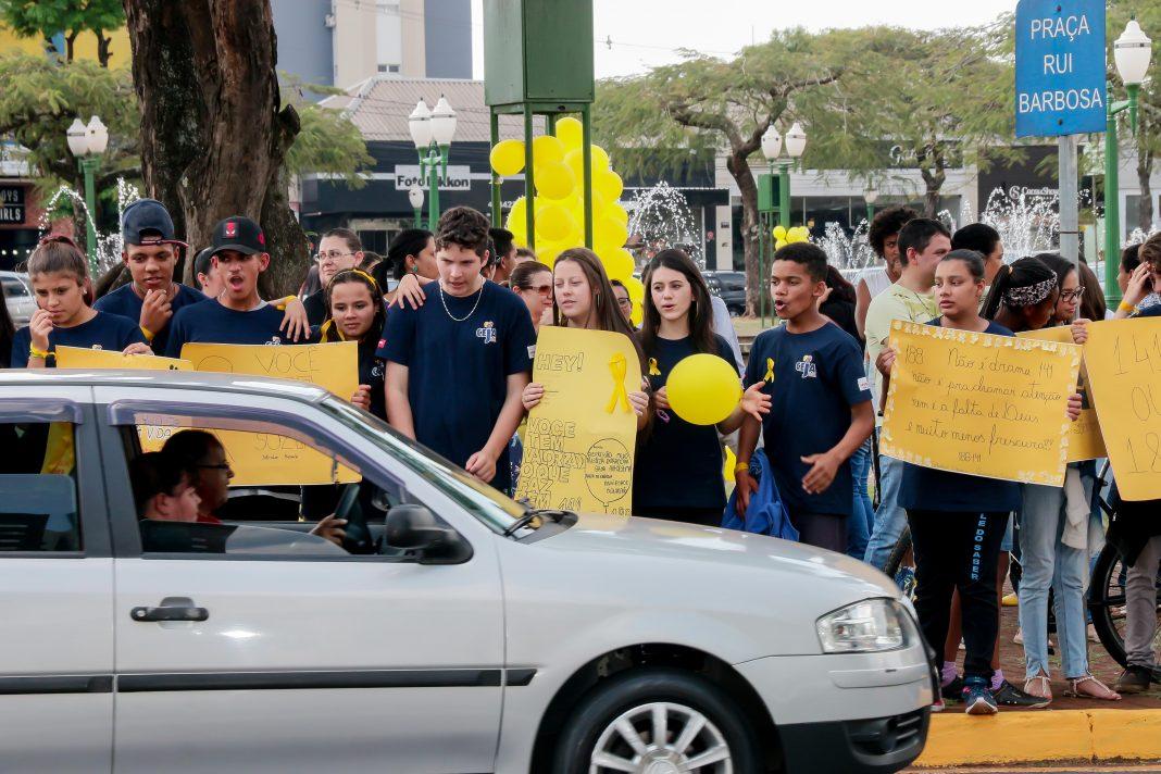 Também foi promovida uma blitz amarela com distribuição de fitas amarelas para os motoristas que passavam pela Praça Rui Barbosa. Foto: Edson Denobi