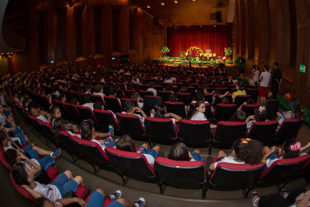 Mais de 600 alunos do 3º ano da rede municipal subiram ao palco para receber o diploma do projeto Trânsito em Sala de Aula. Foto: Vivian Silva/PMM
