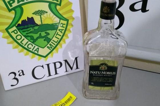 Suspeitos foram localizados pela PM com o frasco da bebida já vazia, enquanto trafegavam em uma moto, por uma rua da cidade. Foto: Divulgação/Polícia Militar