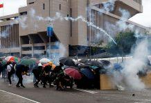 """O governo de Hong Kong condenou os manifestantes mascarados, afirmando que a medida tem o objetivo de evitar """"confrontos e atos ainda mais violentos"""""""