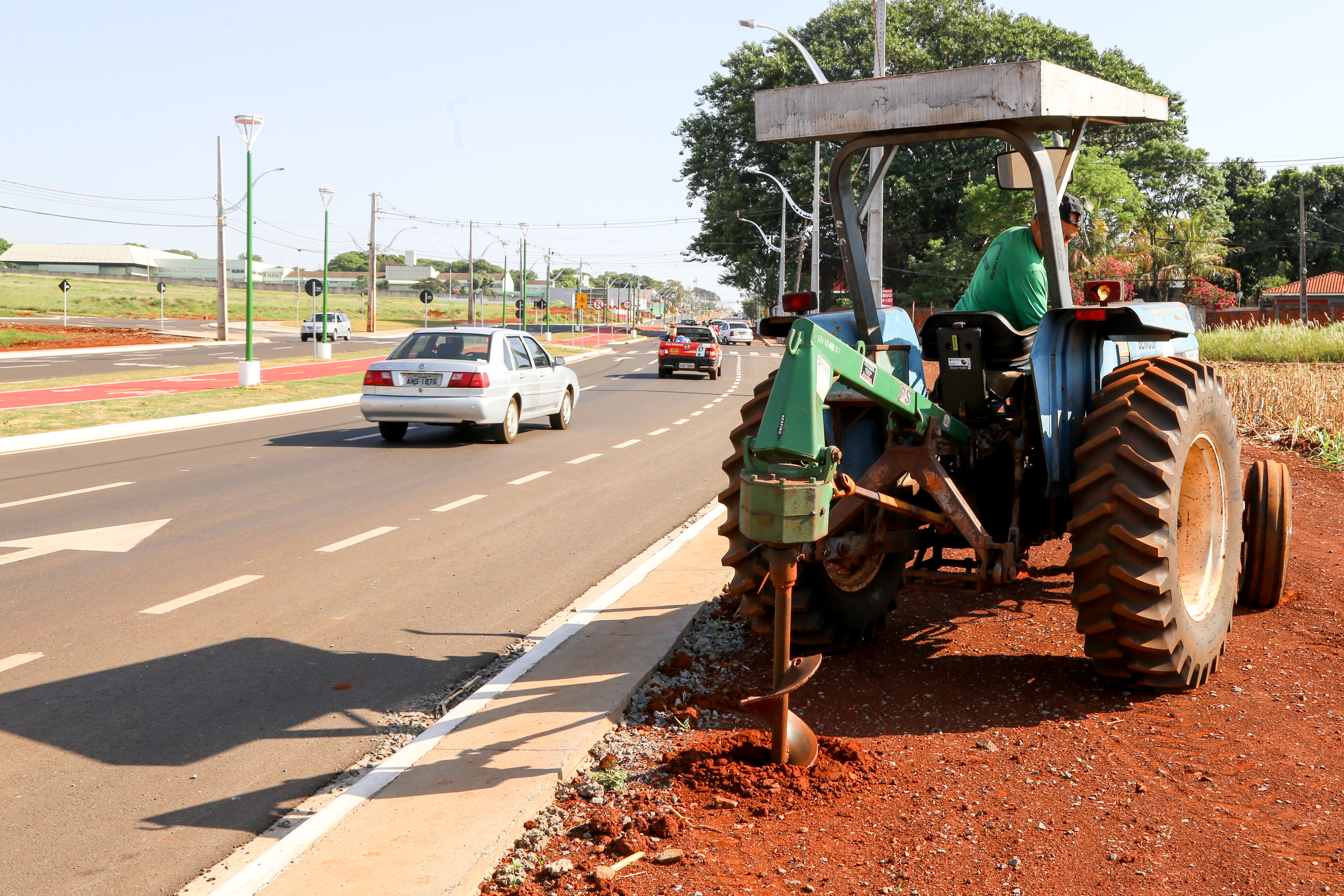 Trator faz buraco com broca no chão para o plantio das mudas de cabreúva. Foto: Aldemir de Moraes/PMM