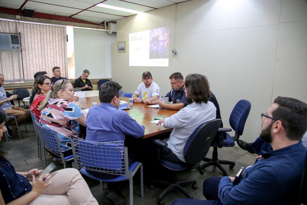 Há reuniões segmentadas enquanto já começaram preparação das praças e decoração. Foto: Aldemir de Moraes/PMM