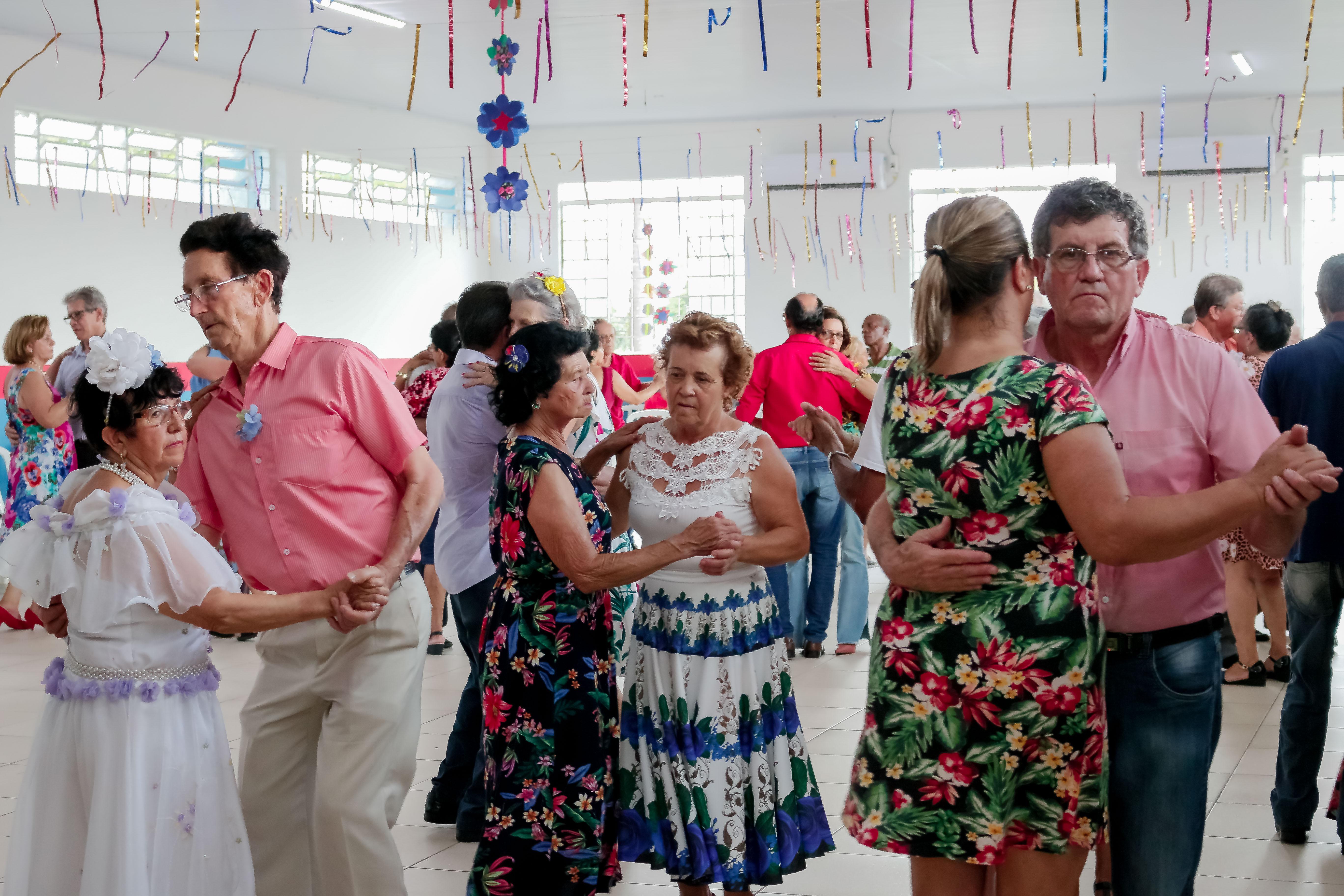 Atividades promovidas ao longo do mês pela prefeitura envolveram palestras, cursos e bailes semanais com homenagens. Foto: PMA