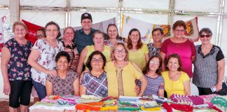A mostra, que reuniu artesanatos, crochês, toalhas, tapetes, panos de prato, entre outros produtos feitos à mão, foi conferida de perto pelo prefeito. Foto: PMA