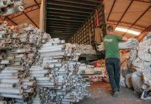 O material está sendo levado para a Mega Reciclagem, empresa localizada em Curitiba e especializada neste tipo de serviço. Foto: Edson Denobi