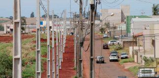 De acordo com o prefeito de Apucarana como haverá o alargamento da pista, está sendo providenciado também o deslocamento lateral da rede de energia elétrica. Foto: Edson Denobi