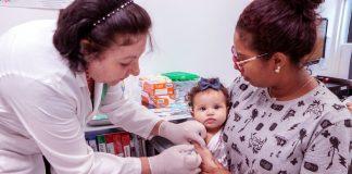 Segundo balanço divulgado no final da tarde, cerca de 100 crianças, com idades entre seis meses de idade e cinco anos incompletos, foram imunizadas nos 24 pontos de vacinação. Foto: PMA