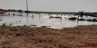 Além do rompimento do dique, houve espalhamento de parte do material que estava sendo armazenado na bacia de contenção da barragem