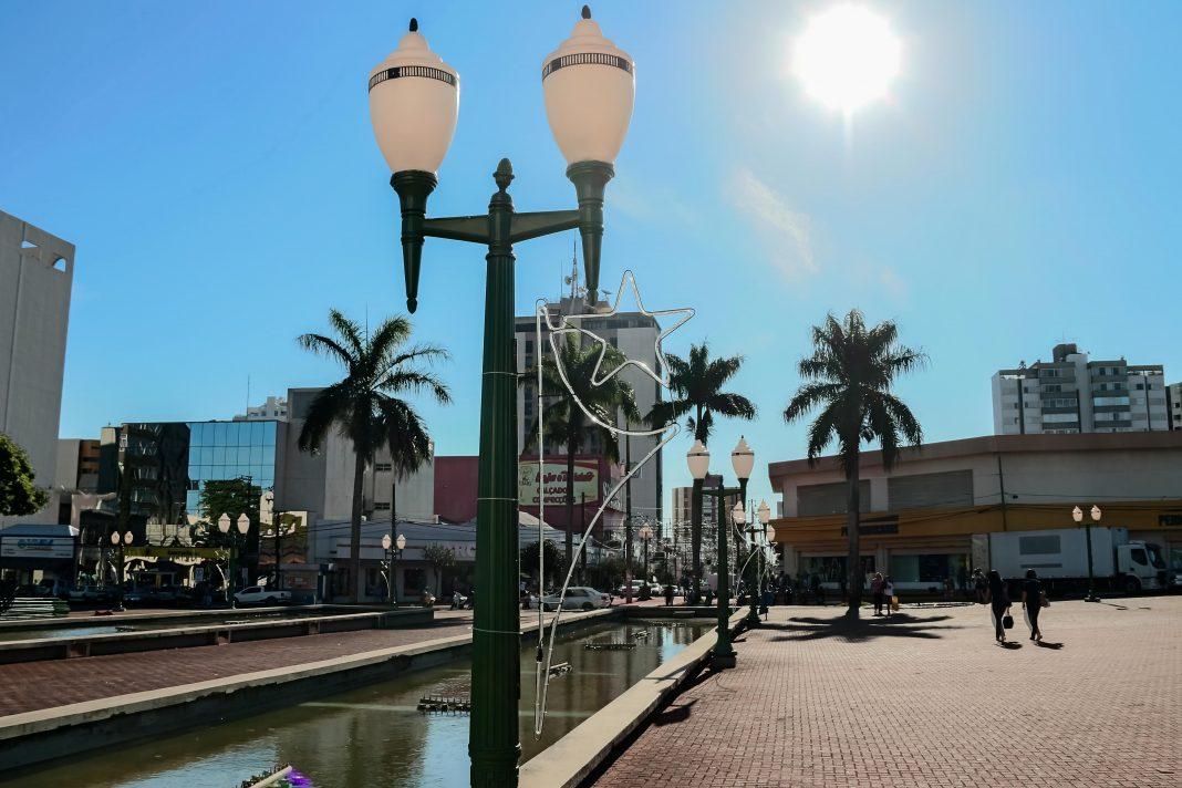 """Prefeitura está ultimando a instalação da decoração natalina para festa do """"Bom Velhinho"""""""