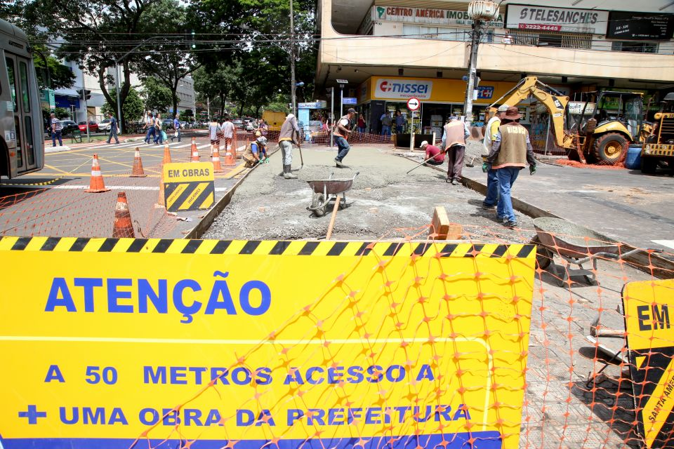 Maringá está um canteiro de obras ao ar livre. Além da movimentação da campanha Maringá Encantada que oferece ampla programação para as famílias, há obras em andamento em diferentes regiões.