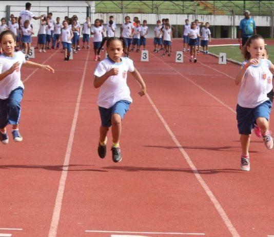 O evento realizado pela Prefeitura de Maringá, por meio da Secretaria de Educação (Seduc), tem o objetivo de incentivar a prática desportiva, com benefícios educacionais, através do atletismo.
