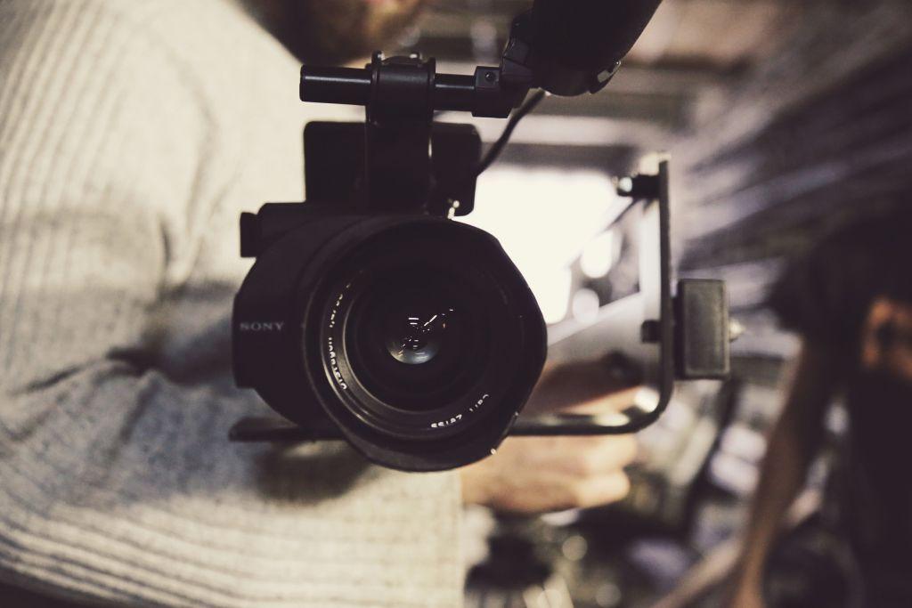 Cinco curtas-metragens produzidos pelos participantes do Curso de Educação em Audiovisual serão exibidos na Praça dos Pioneiros a partir das 20h