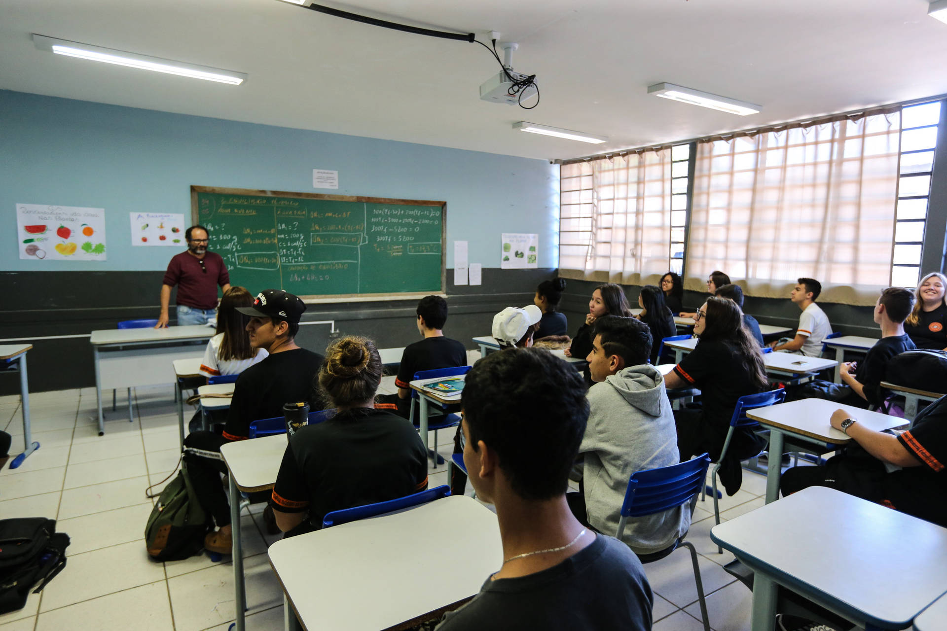Estudantes poderão optar por um dos turnos, o que hoje não é possível devido à fila de espera no diurno.