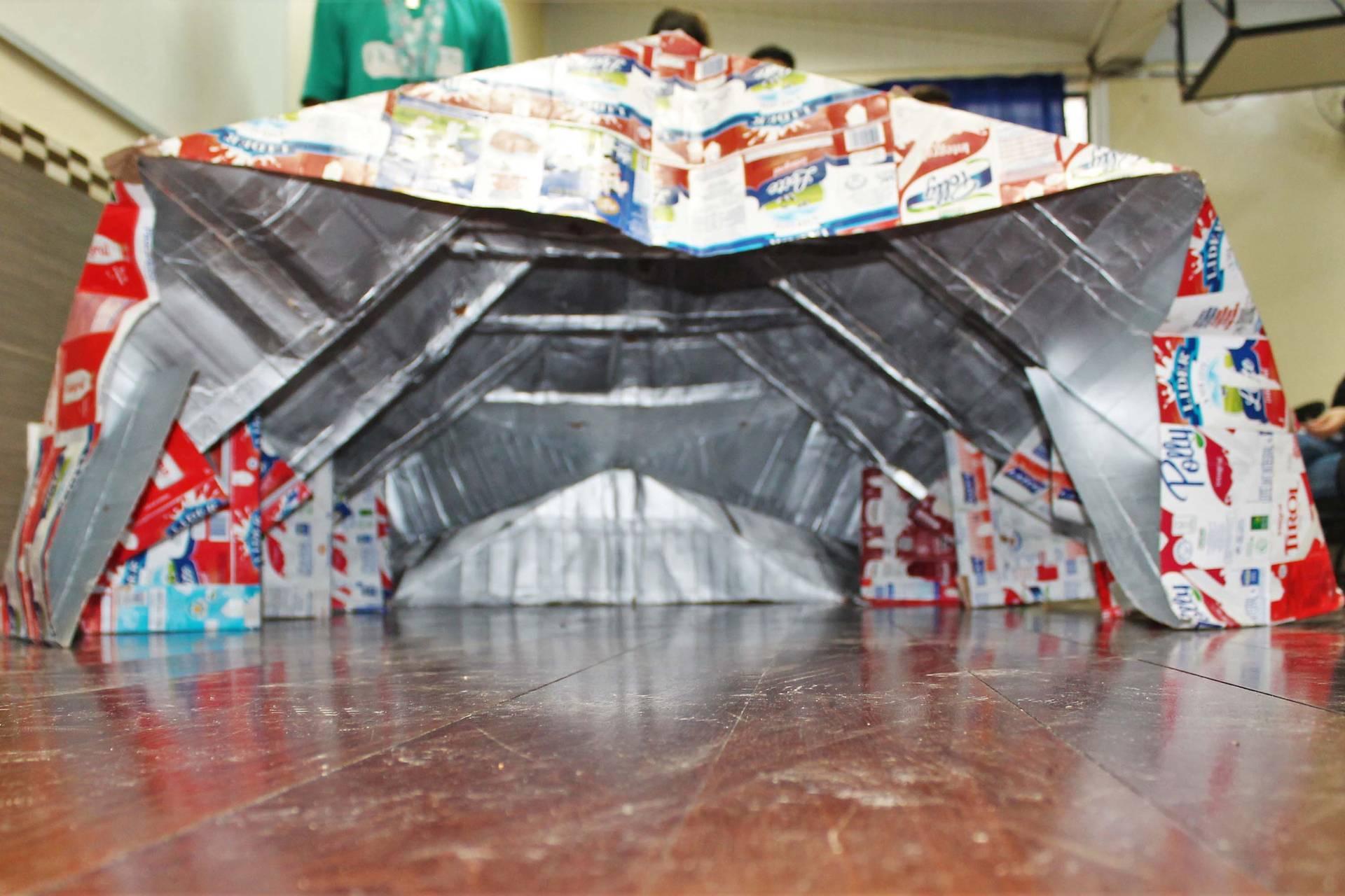 Alunos do Curso Técnico em Edificações do Centro Estadual de Educação Profissional de Curitiba criaram um abrigo emergencial sustentável, portátil, impermeável, com isolamento térmico e custo praticamente zero.