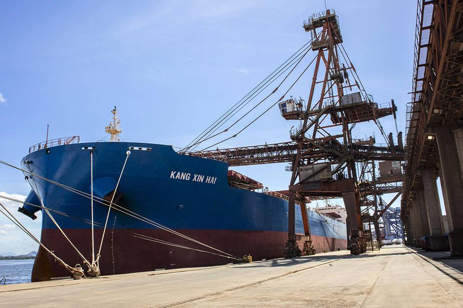 Esta é a segunda maior operação de granéis em um único navio da história do porto paranaense.