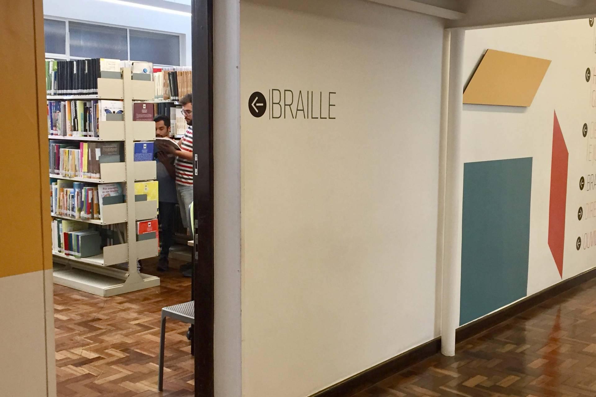 O local destinado aos livros aumentou, facilitando a circulação dos usuários.
