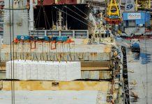 É a primeira vez que uma carga total de celulose é realizada pela empresa no cais público do Paraná.