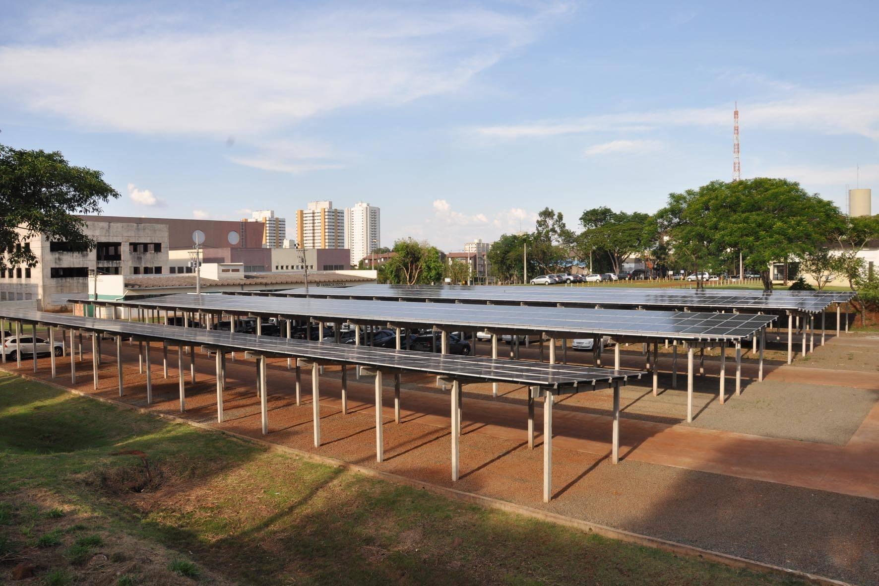 A Usina, que tem 1.020 placas solares, ocupa uma área de 2 mil metros quadrados do estacionamento da Clínica Odontológica Universitária, no Câmpus Universitário, com capacidade para abrigar até 114 veículos.