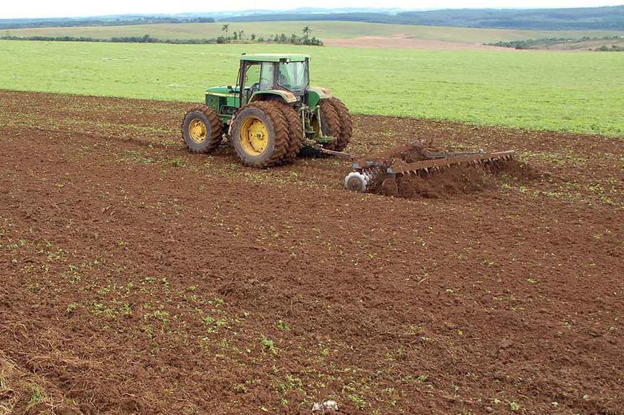 Devido a fatores climáticos, a Adapar publicou nesta quarta-feira (6) nova norma que prorroga o prazo para a semeadura de soja no Estado.