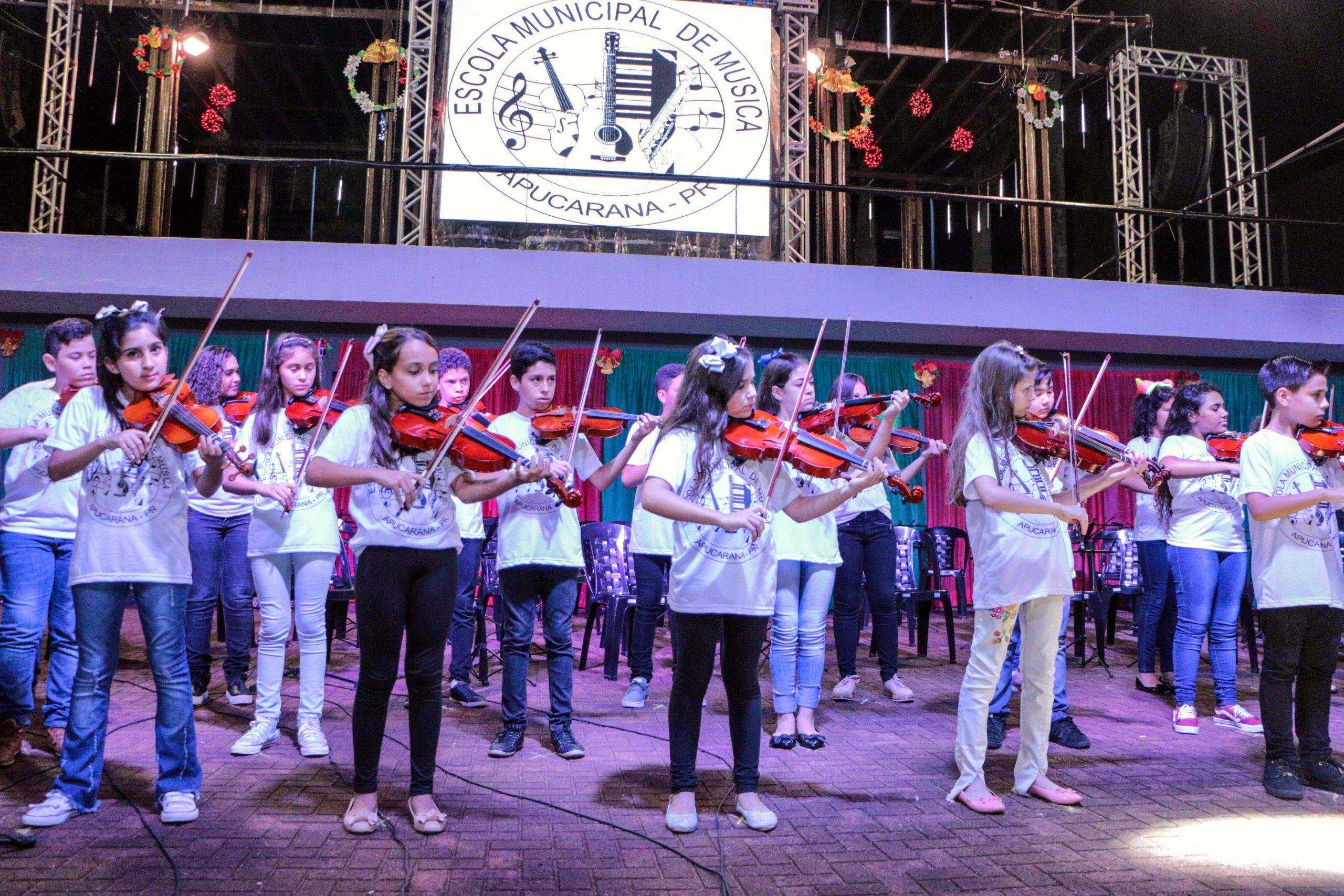 A Escola Municipal de Música acaba de garantir mais um lote de instrumentos. Foram adquiridos, com recursos do município de quase R$ 12 mil, 20 violões infantis, 10 violinos infantis e 3 violoncelos.