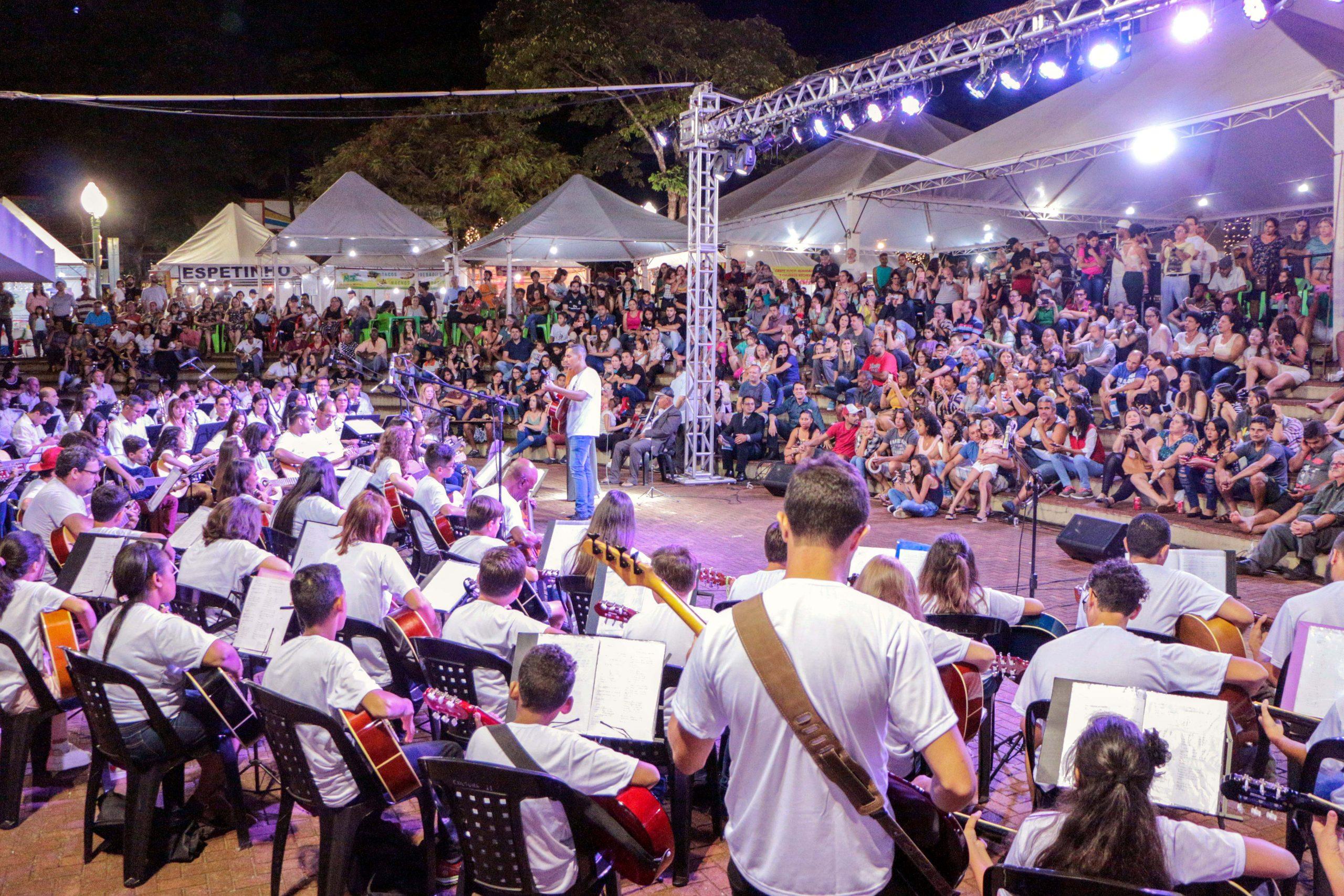 Cerca de 200 alunos se apresentaram ontem, tocando violão, violoncelo, violino, saxofone e teclado
