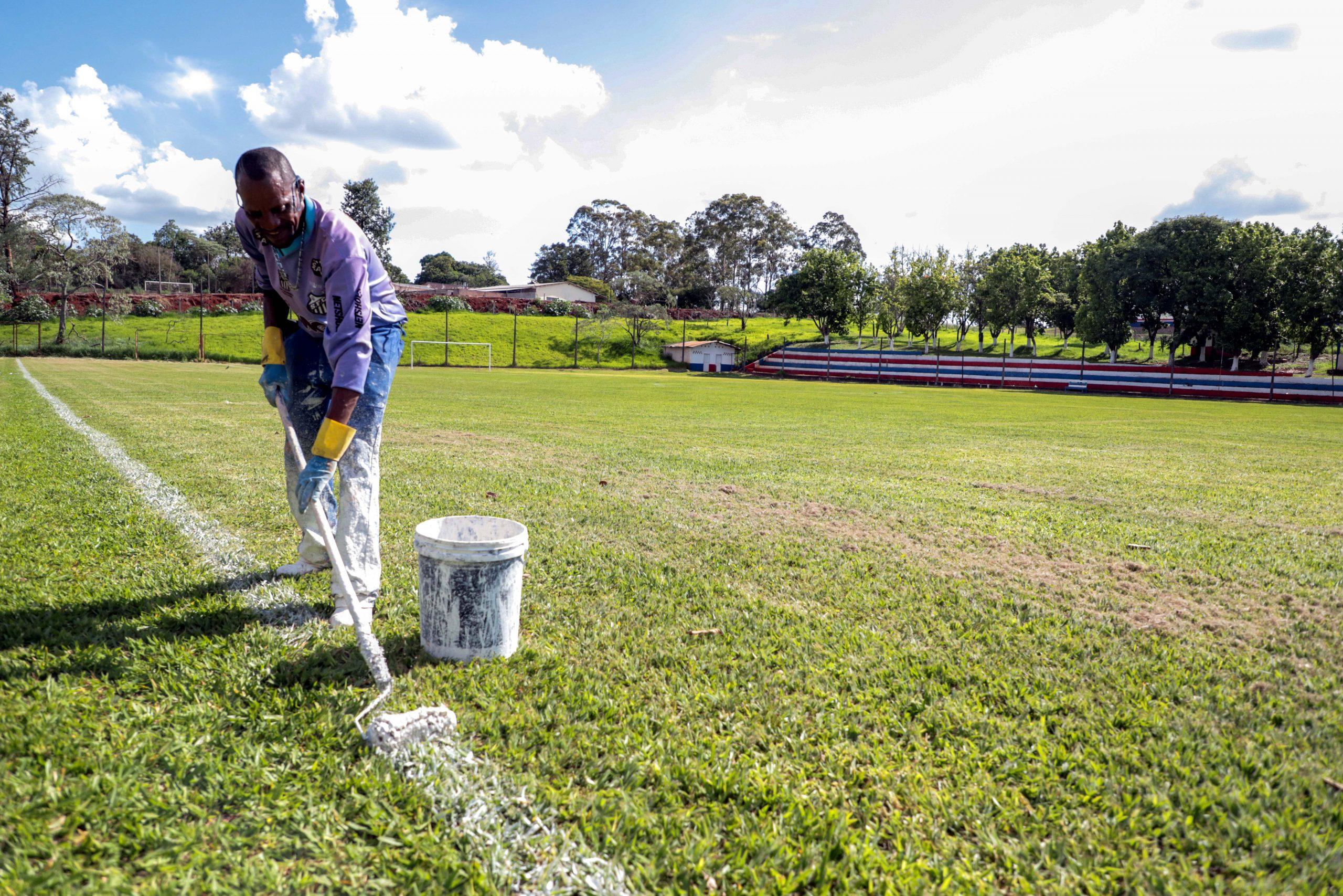 As melhorias, autorizadas pelo prefeito Júnior da Femac, envolvem manutenção das balizas, roçagem, limpeza geral e remarcação das linhas de campo em 17 praças esportivas