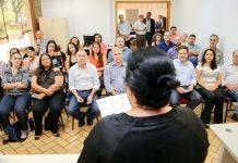 """A Prefeitura de Maringá entregou os certificados nesta quarta 11, para os 23 microempreendedores participantes do projeto """"Desenvolve MEI"""", promovido pela Sala do Empreendedor da Secretaria de Inovação e Desenvolvimento Econômico (Seide)."""