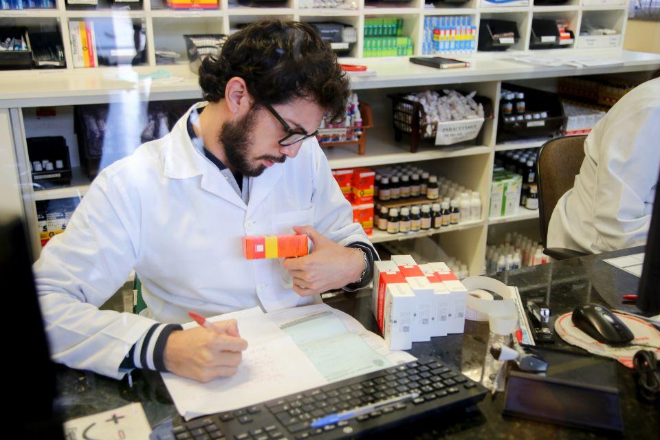 """São 80 mil atendimentos mensais em toda rede. A prefeitura oferece medicamentos nas 34 Unidades Básicas de Saúde (UBSs), nas duas farmácias 24 horas (Zona Norte e Sul) e nos programas """"Farmácia Solidária"""" e """"Farmácia Móvel""""."""