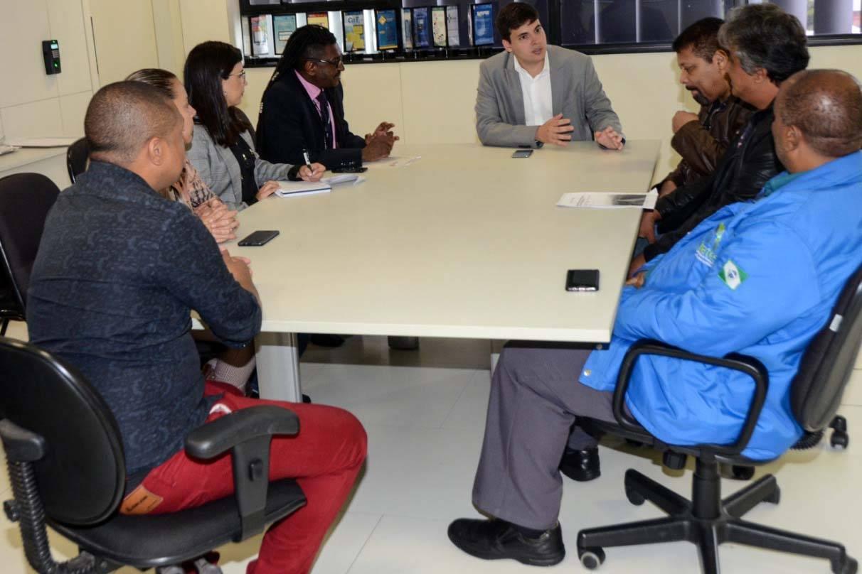 Governador Ratinho Junior baixou decreto que cria grupo de trabalho multisetorial que vai atuar para viabilizar atendimento emergencial, desenvolver projetos de geração de renda, promover educação, valorização cultural e cidadania.