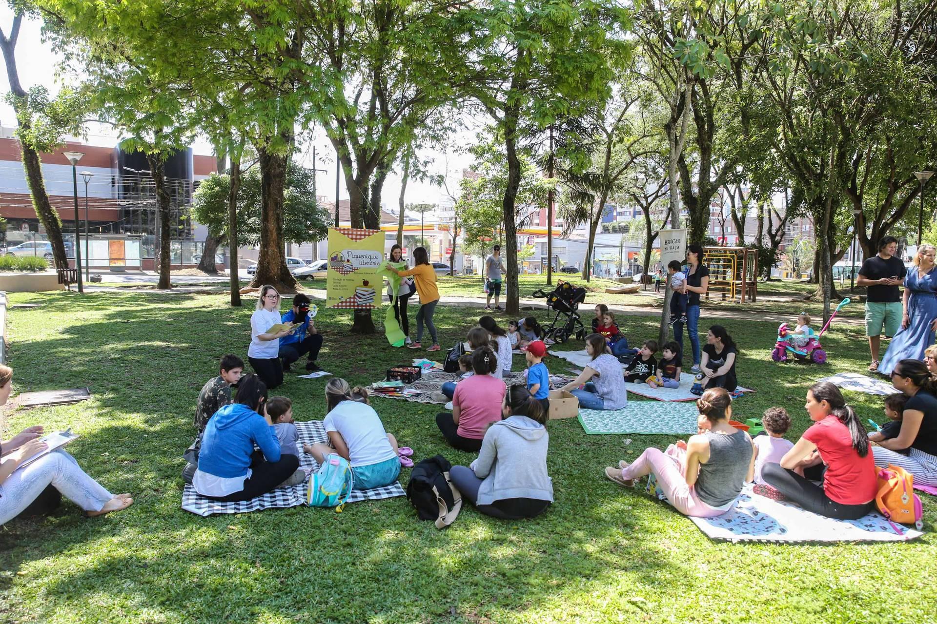 Ação contação de histórias, oficinas, trocas de livros e rodas de leitura para espaços ao ar livre da cidade.