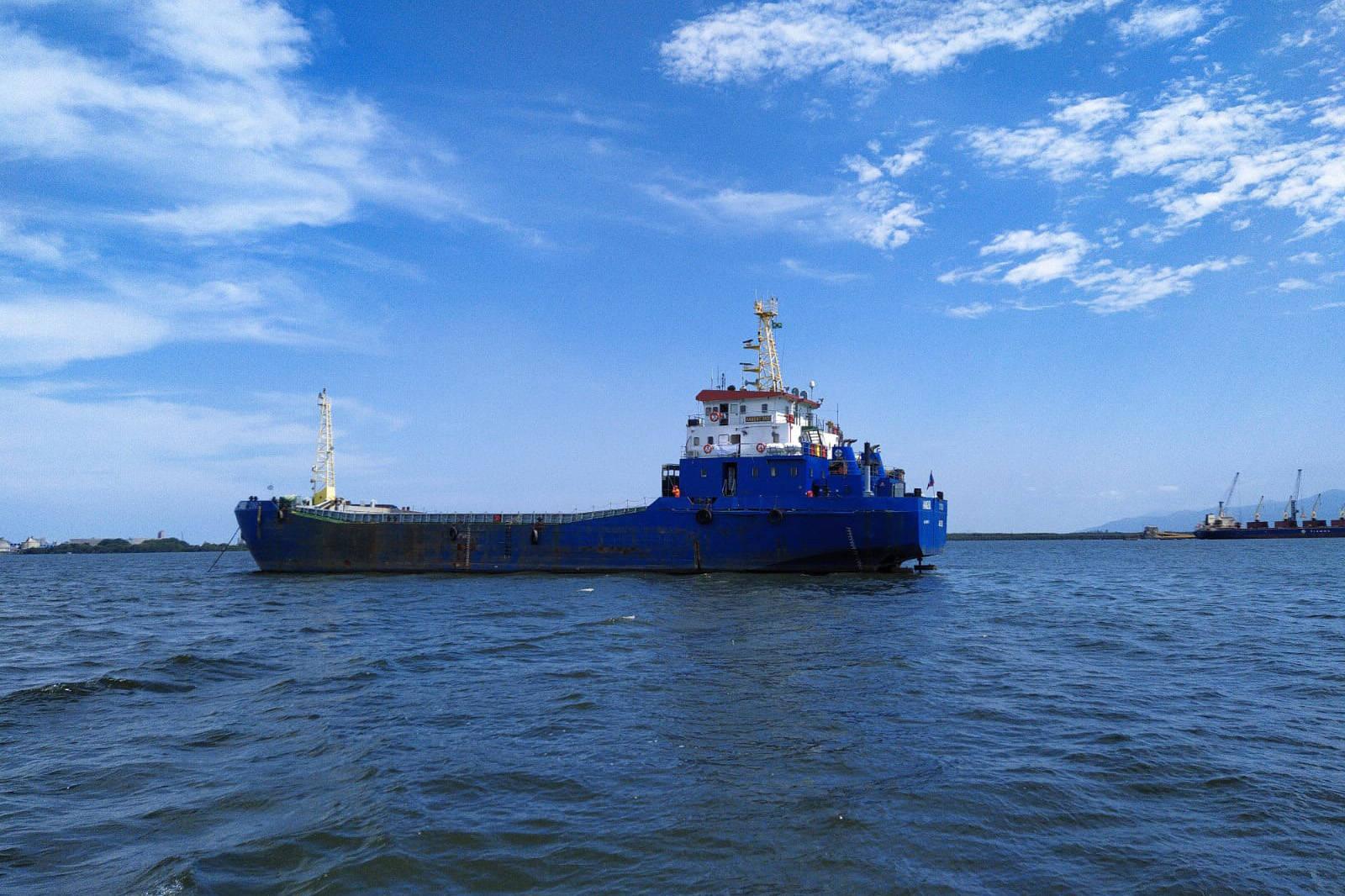 Esta é a primeira vez que uma Clamshell é utilizada nos portos paranaenses. A diferença entre essa e as embarcações comuns para execução deste serviço é a precisão e a segurança para dragar mais próximo ao costado, reduzindo riscos às estruturas fixas.