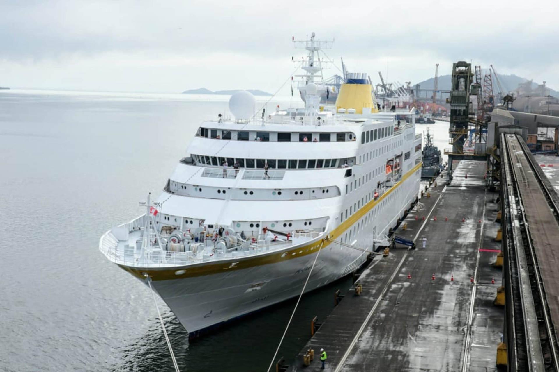 Como parte do esforço do Estado para fomentar o turismo, primeira embarcação de cruzeiro a atracar no Paraná nos últimos três anos tem 411 passageiros e tripulantes e chegou ao porto as 7h15.