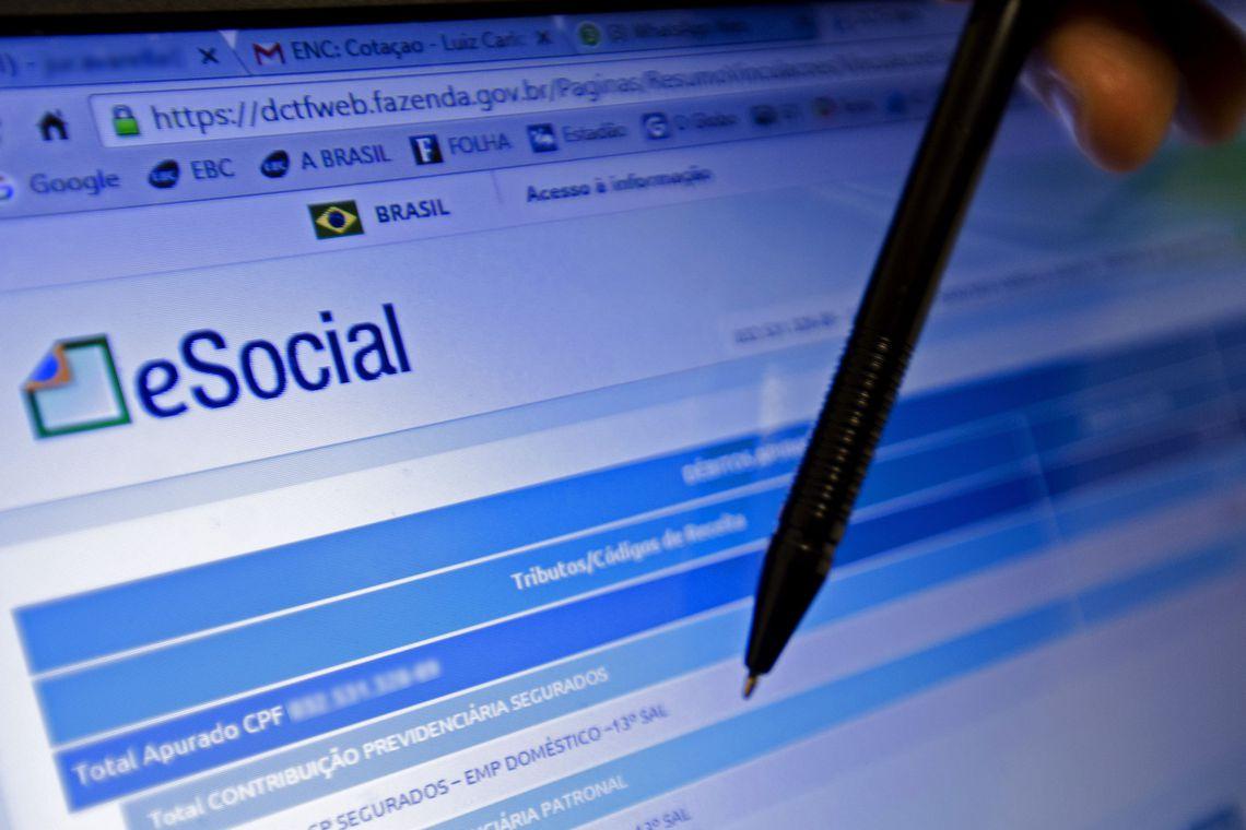 Sistema informatizado de prestação de informações de empresas e trabalhadores, o eSocial torna-se completamente obrigatório para os médios empregadores a partir de hoje (2).