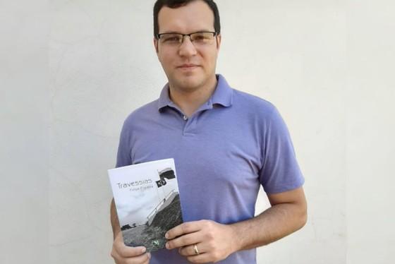 """O professor Felipe Figueira, de 31 anos, acaba de lançar a obra """"Travessias"""", que mostra a situação precária dos imigrantes venezuelanos no Brasil."""