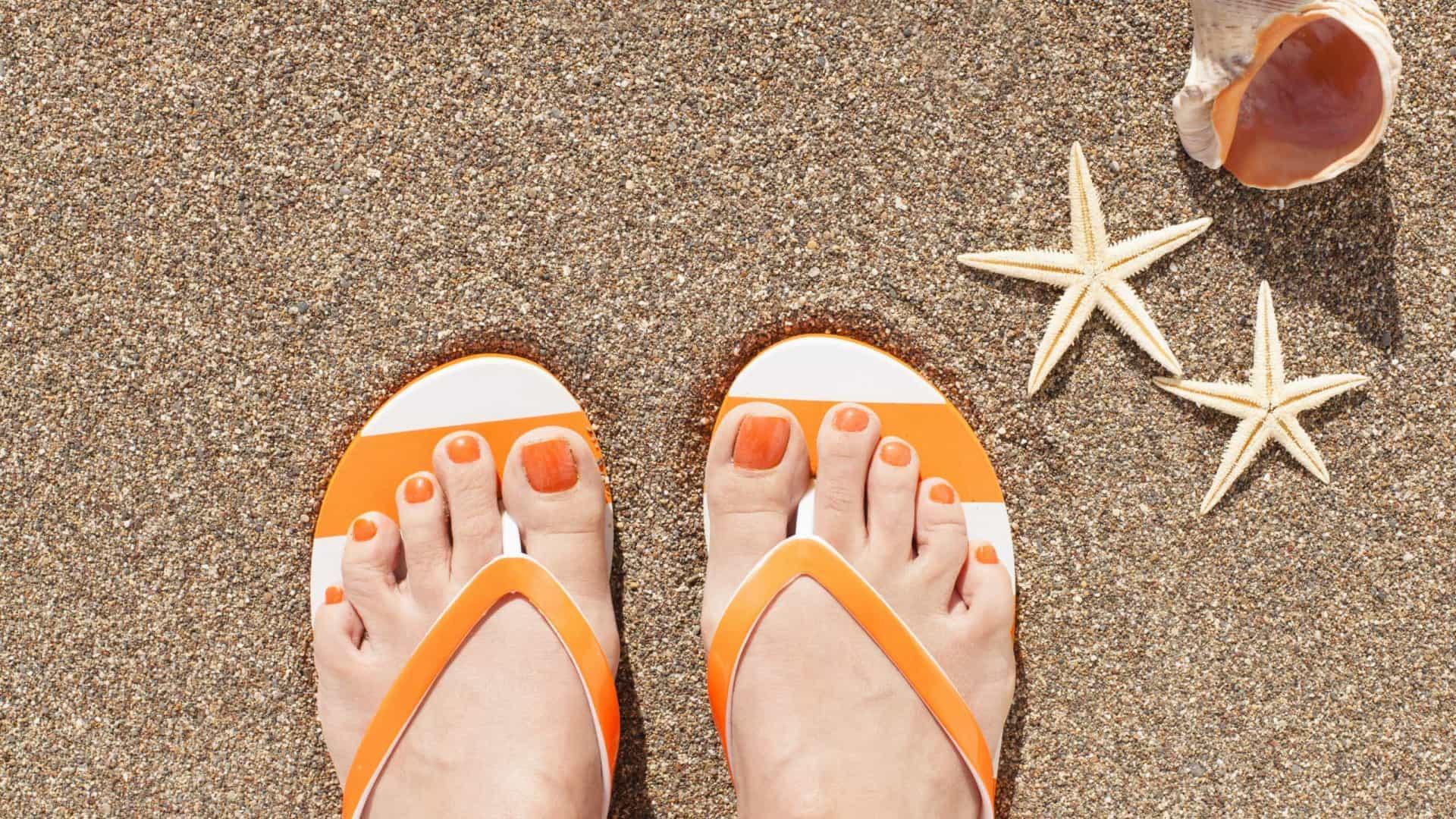 De acordo com um estudo, só nos Estados Unidos, 78% das pessoas desenvolveram problemas nos pés devido à regularidade com que calçam esses sapatos quando chegam os dias quentes