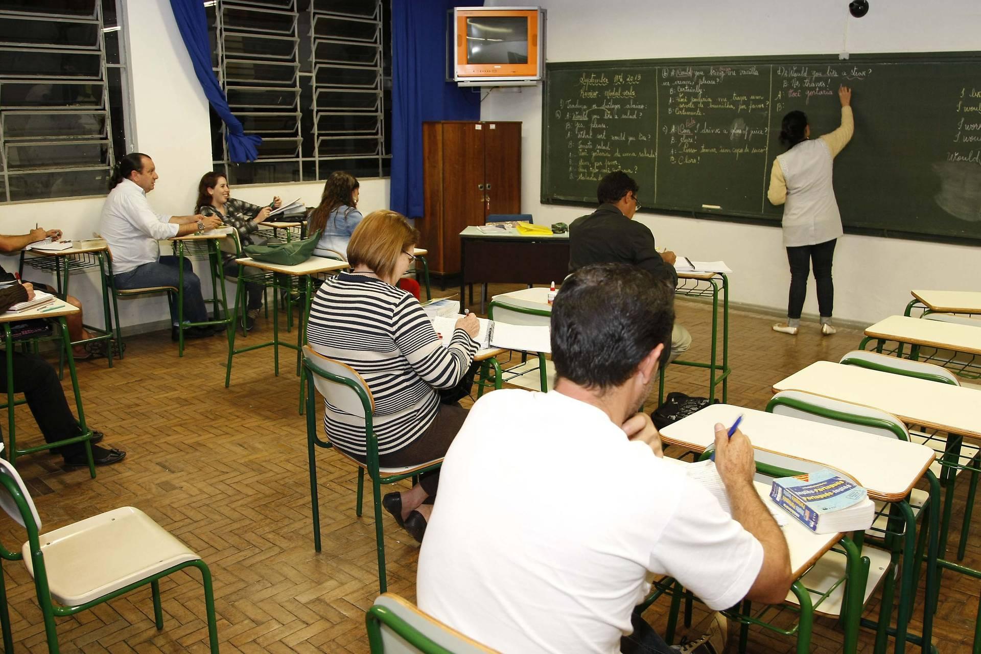 Todos que desejarem voltar a estudar e concluir seus estudos devem procurar as instituições que oferecem a modalidade e efetuar a matrícula.