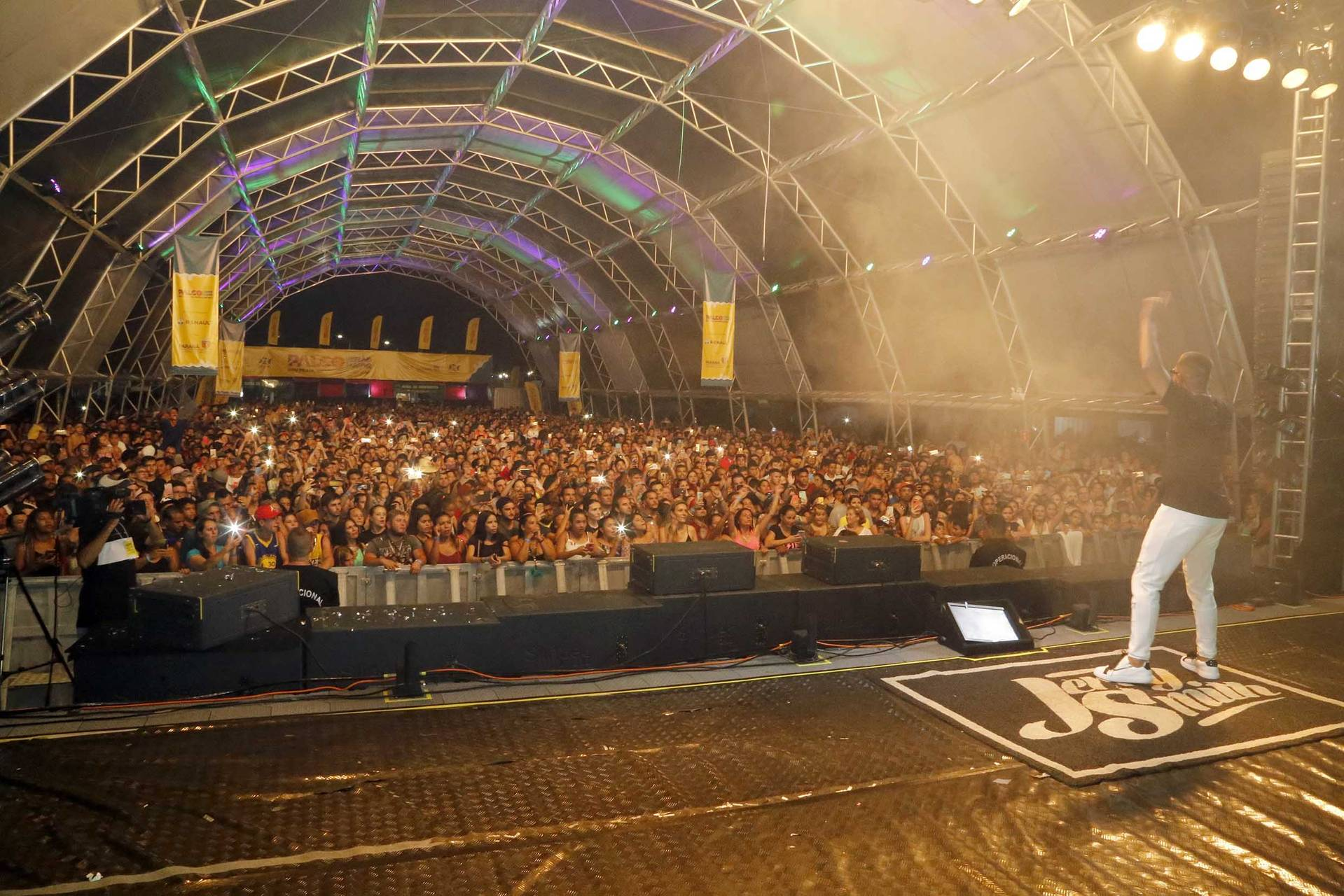 Quase 30 mil pessoas assistiram nesta sexta-feira (10) aos shows gratuitos da dupla sertaneja Edson e Hudson, em Matinhos, e do cantor de funk Jerry Smith, em Guaratuba.