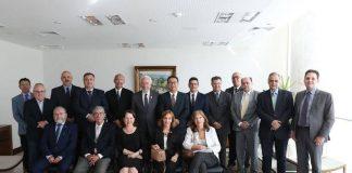 O vice-governador Darci Piana e o secretário de Estado da Saúde, Beto Preto, receberam o presidente do Conselho Federal de Medicina, Mauro Luiz Ribeiro, e a cúpula diretiva da entidade, nesta quarta-feira (15), no Palácio Iguaçu.