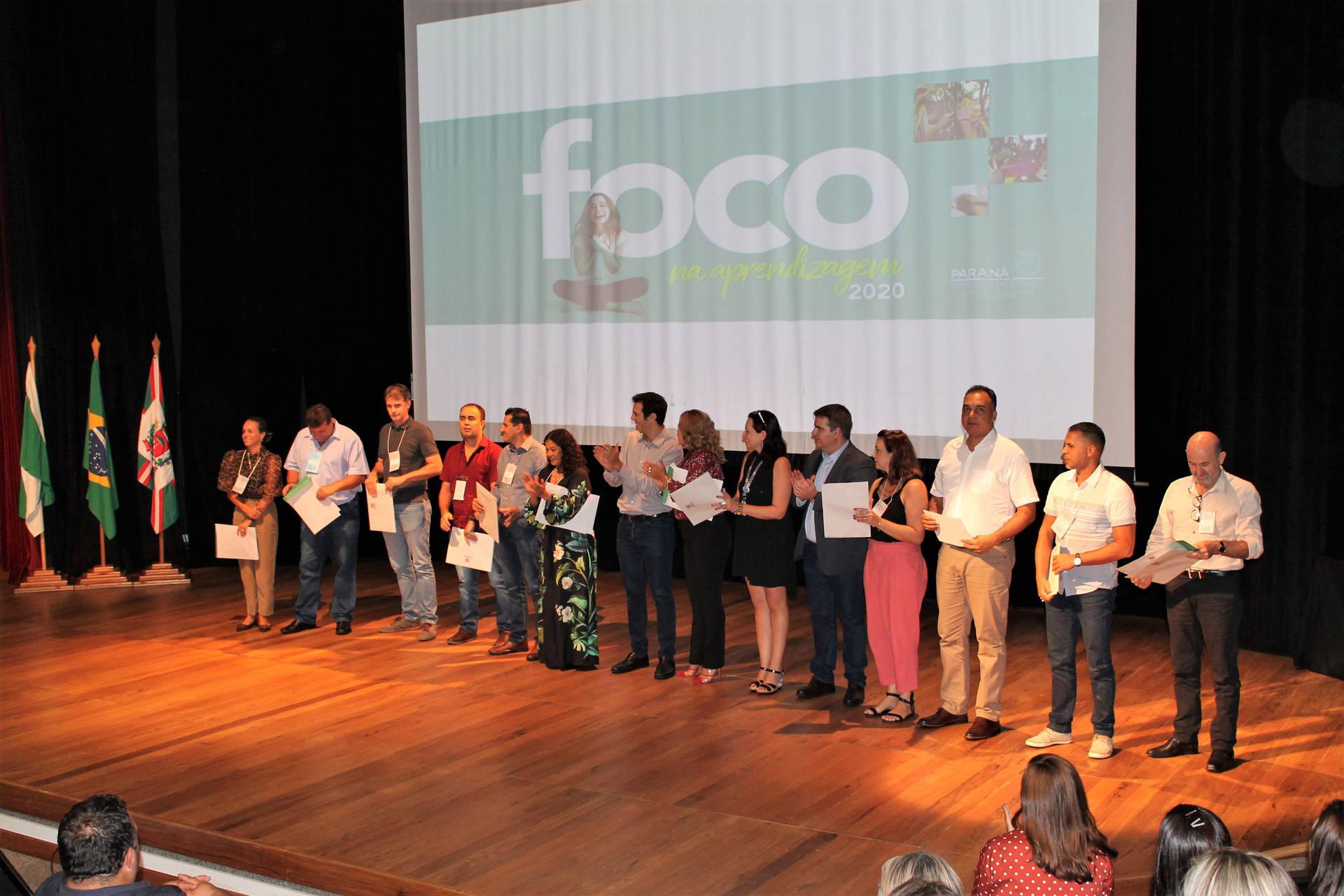 Entrega dos quase 400 certificados ocorreu no Seminário Foco na Aprendizagem, em Curitiba, que reúne os mais de 2 mil diretores