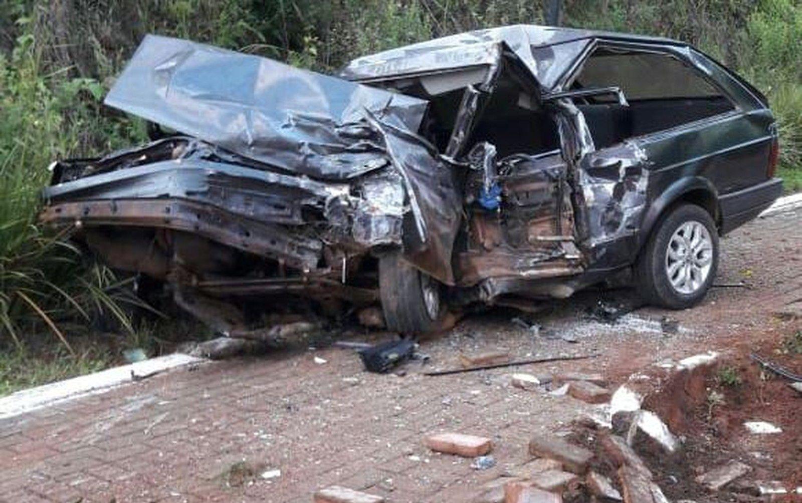 DESTRUÍDA: Parati onde viajava Paulo Silveira, 32, ficou com a frente destruída após a colisão frontal com a Volvo