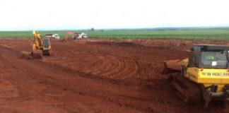 Movimentação de terra em terreno do aeroporto: obras seguem em ritmo acelerado para transformar terminal num dos mais moderno do Paraná