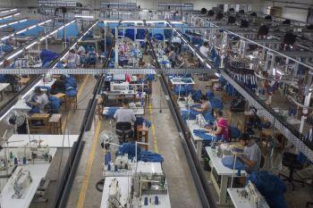 A equipe da Secretaria de Educação (Seduc), da Prefeitura de Maringá, foi até o fornecedor (Nair Confecções), em Santa Fé, nesta quarta, 22, vistoriar a produção dos uniformes, distribuídos aos 40 mil alunos da rede municipal.